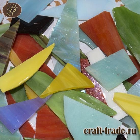 Стеклянные осколки из цветного  витражного стекла